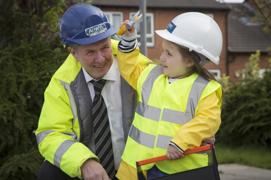 ANWYL HOMES AT LITTLEFOXES DAY NURSEY, NEWTON- LE-WILLOWS..... Steve Daniels Anwyl's SHEQ Advisor visited Little Foxes day Nursery to discuss health and safety on site with the children . Pictured is Steve Daniels from Anwyl with Neveah from Little Foxes Day Nursery.